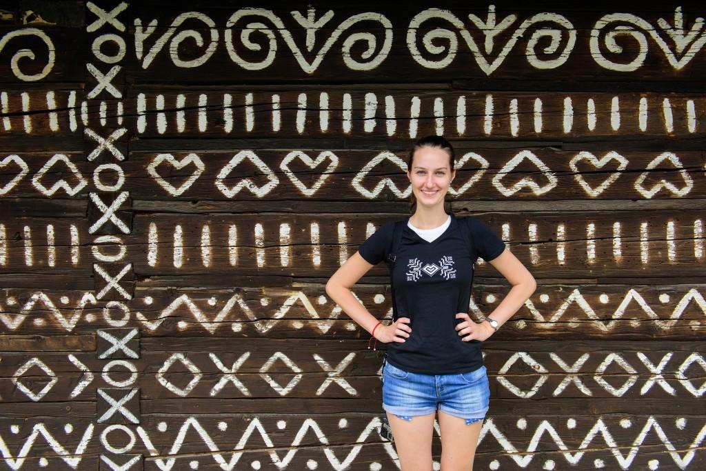 Čičmany - v tričku sčičmianskym ornamentom