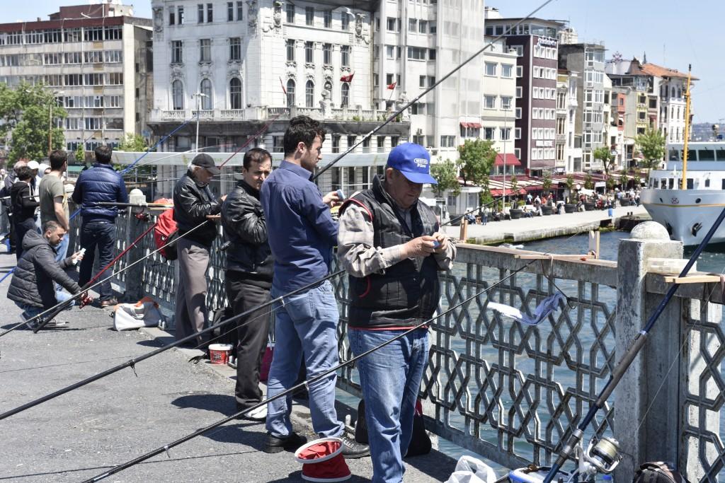 Rybári chytajúci ryby