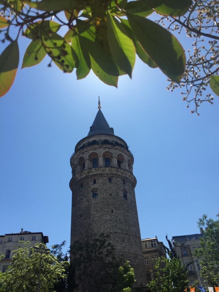 Pohľad zo spodu na Galatskú vežu
