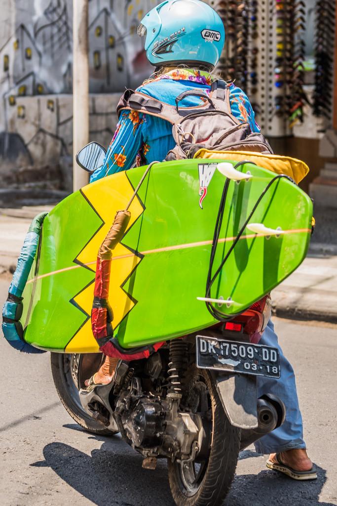 Takto jazdia na Bali surferi