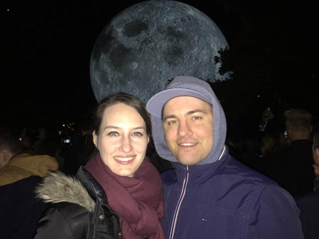 biela noc selfie s mesiacom