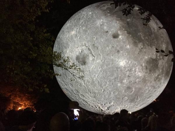 biela noc mesiac