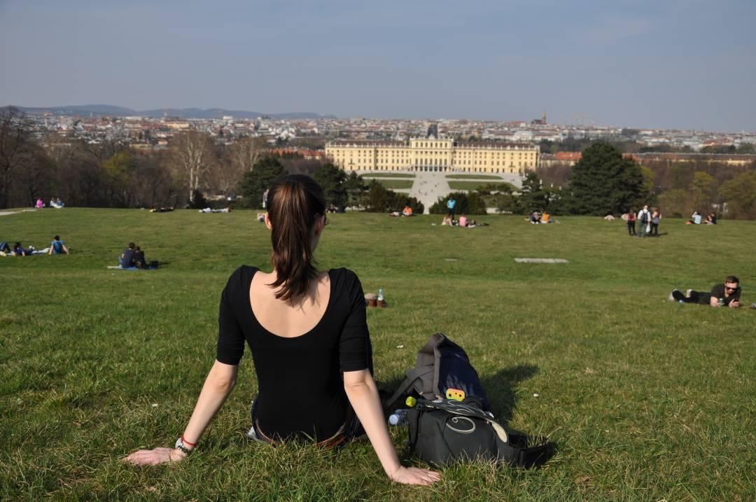 Výhľad na zámok Schönbrunn z kopca pod Gloriettou, Viedeň